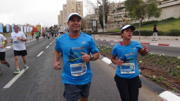 Carol Barcellos e Clayton Conservani correm juntos os 42 km da Maratona de Jerusalém. Eles cruzaram juntos a linha de chegada, depois de quatro horas e meia de prova.(Foto: TV Globo / Divulgação)