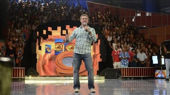 Luciano se diverte em novo cenário (Foto: TV Globo)