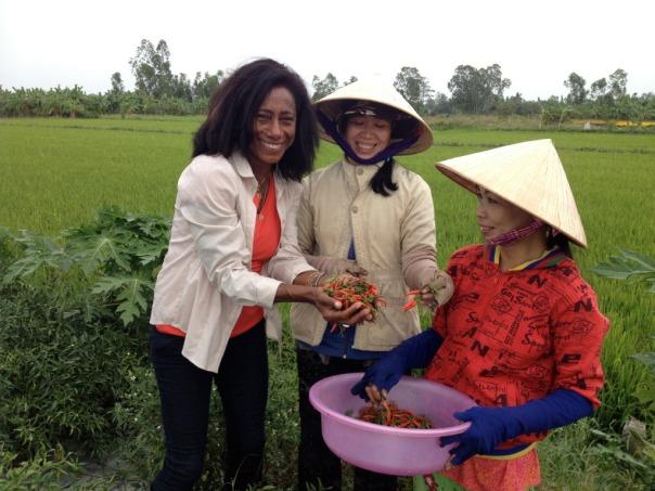 A jornalista Glória Maria em viagem ao Vietnã, na primeira reportagem especial de aniversário do 'Globo Repórter'.Crédito: Divulgação/ TV Globo