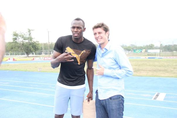 Kiko Menezes entrevista Usain Bolt na pista onde ele treina, na Universidade West Indies, em Kingston, na Jamaica. (Foto: Divulgação TV Globo/Lorena Dillon)