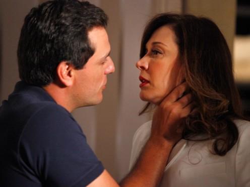 Théo xinga a vilã na cara dela (Foto: TV Globo)
