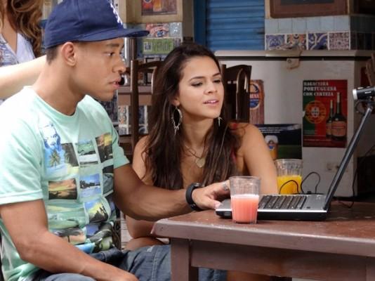 Lurdinha conversa com Aisha pelo computador (Foto: TV Globo)