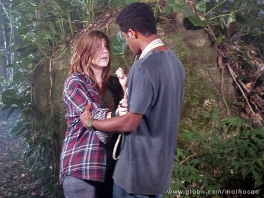 Caixote encontra Lia na floresta (Foto: TV Globo)