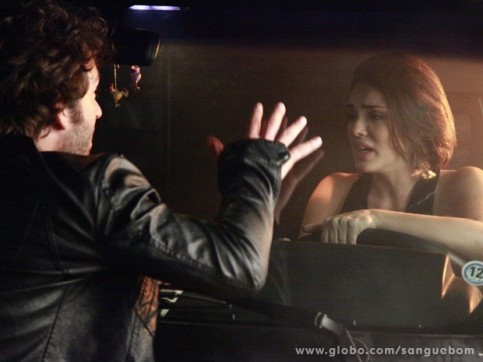 Fabinho salva Giane de dentro do carro (Foto: TV Globo)