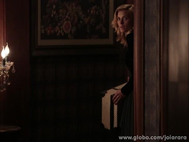 Iolanda tenta fugir de mansão (Foto: Divulgação/TV Globo)