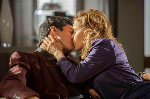 Foto: Félix ( Mateus Solano ) acorda. Glauce ( Leona Cavalli ) faz cafuné nele. Os dois se beijam. Crédito: Globo/ Alex Carvalho