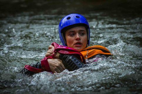 Lili (Juliana Paiva) se joga na água para salvar a bolsa com a carta deixada pelo pai. Crédito: Globo/Alex Carvalho